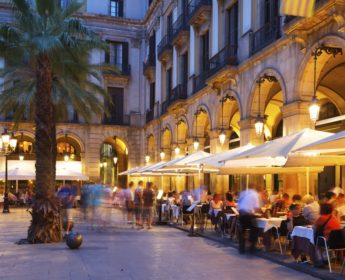 Night view of Placa Reial